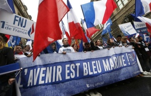 648x415_supporters-front-national-jeunesse-1er-mai-2015